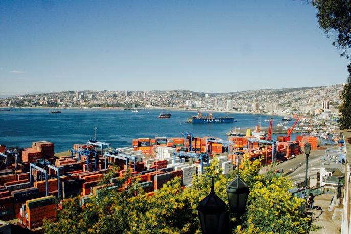 Der Hafen von Valparaiso mit riesigen Containern