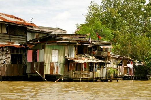 Bangkok: Behausungen direkt im Fluss