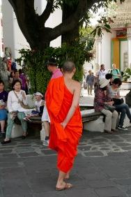 Bangkok: Mönch im Tempelkomplex