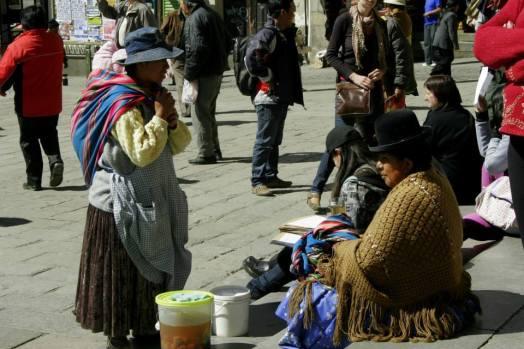 Verkäuferinnen in traditionellen Trachten in La Paz