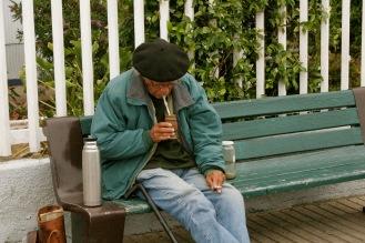 Älterer Herr trinkt gemütlich seinen Matcha Tee in Valparaiso