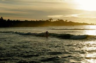 Abendsonne & Surfer auf der Osterinsel