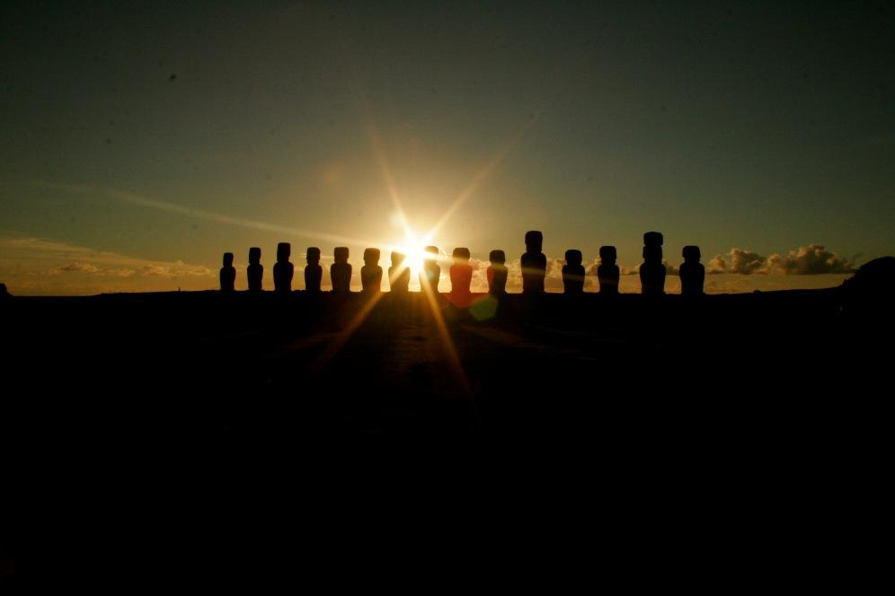 Moai – die kolossalen Steinstatuen bei Sonnenaufgang
