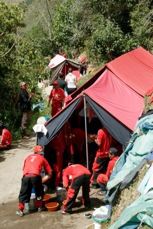 Inka Trail: Porter Auen die Zelte in Windeseile auf