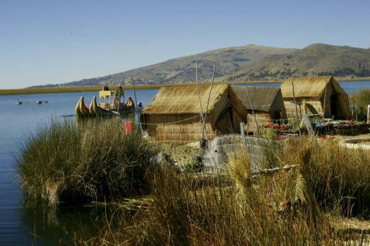 Titikakasee: Schilfinseln und Häuser