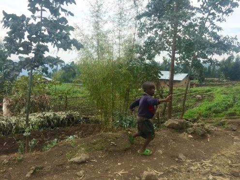 Ruandische Kinder winken uns zu