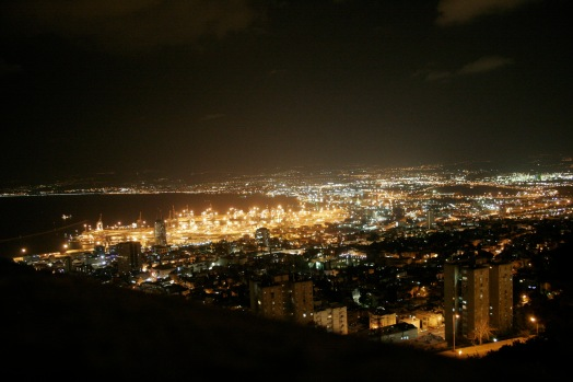 Haifa bei Nacht mit Blick zum Lebanon