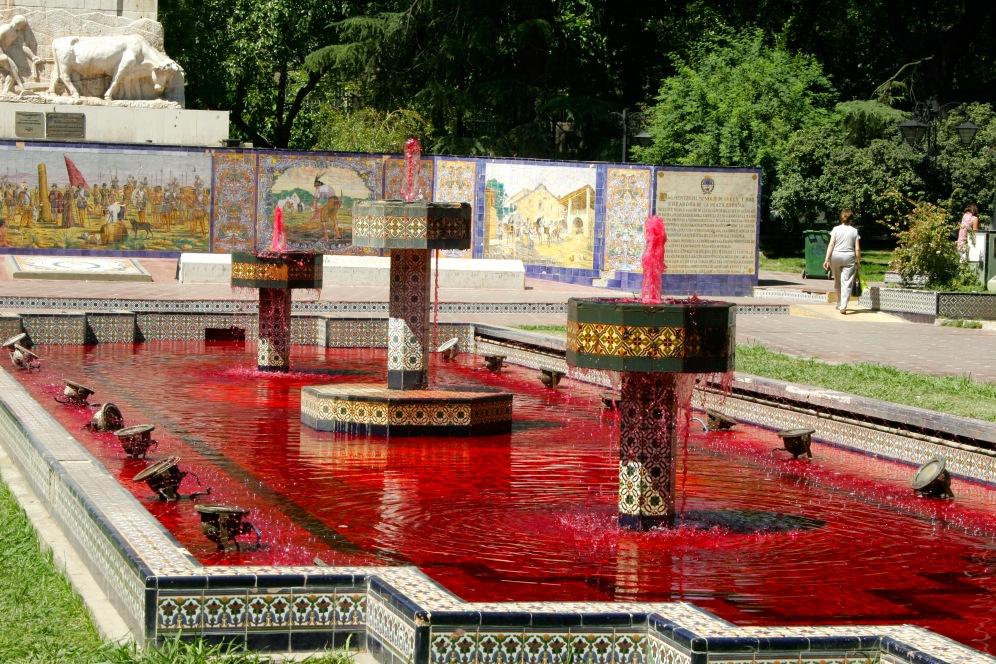 Rot gefärbtes Brunnenwasser während des Weinlese-Festivals in Mendoza