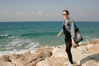 Spaziergang entlang des Meeres in Tel Aviv