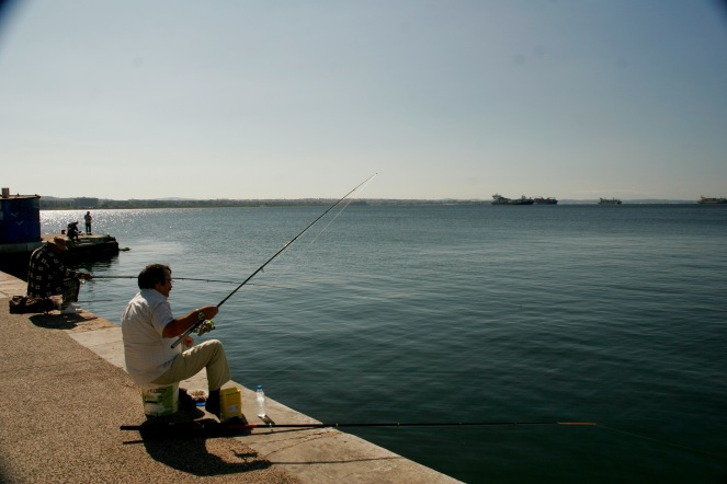 Angler am Hafen in Thessaloniki