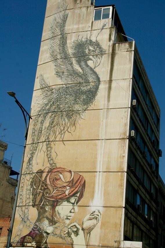 Street Art an den hohen Hauswänden Thessalonikis