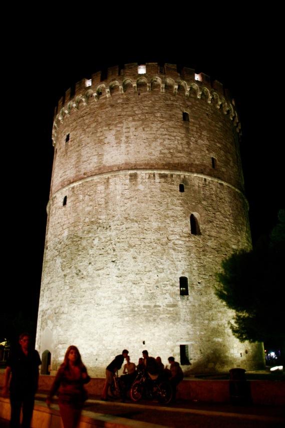 Weißer Turm bei Nacht