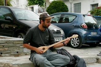 Jorgos spielt auf einer Bouzouki