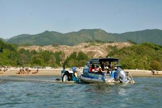 Boote werden mit Traktor ins Meer geschoben