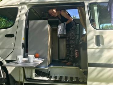 Abwasch erledigen im Campervan