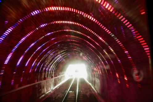 Cable Car durch beleuchteten Tunnel