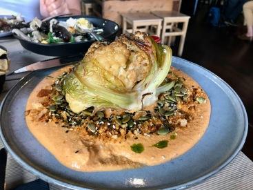 Gebackener Blumenkohl im veganen Restaurant