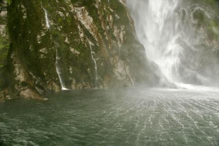 Ganz nah am Wasserfall im Milford Sound