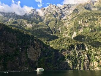 Milford Sound - riesige Felsen