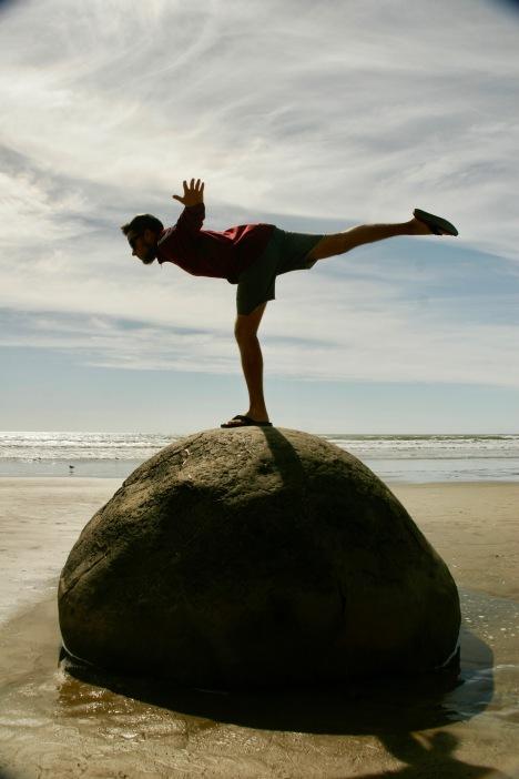 Yoga auf den Moeraki Boulders