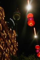 Sydney Tower und chinesische Lampen in der Innenstadt