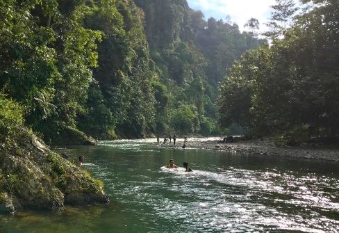 Abkühlung mit den Einheimischen in Bukit Lawang