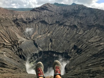Alex am Rande des Mount Bromo Kraters