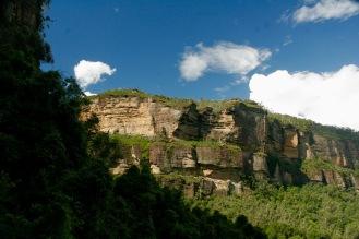 Blauer Himmel, schroffe Felsen und überall Wald