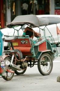 Fauler Rikschafahrer in Yogjakarta
