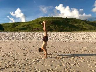 Handstand am Pink Beach