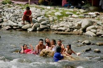 Kinder im Fluss von Bukit Lawang