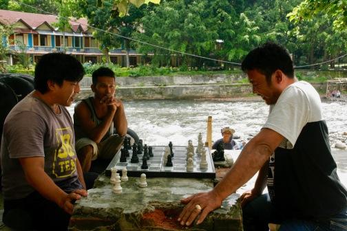 Schachspieler in Bukit Lawang