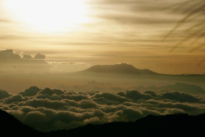 Wolken im Tal bei Mount Bromo