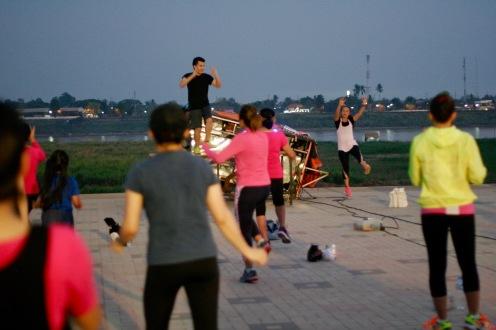 Aerobic direkt am Mekong in Vientiane