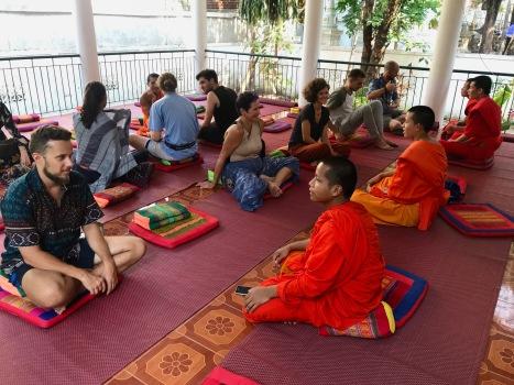 Austausch mit den Mönchen vor der Meditation