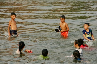 Badende Kinder in Vang Vieng, Laos