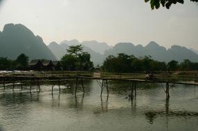 Bambusbrücke über dem Nam Song in Vang Vieng
