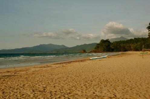 Der Strand färbt sich während des Sonnenuntergangs