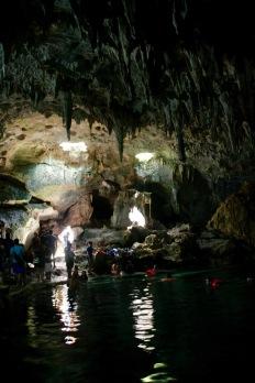 Einfallendes Sonnenlicht durch die Höhlendecke