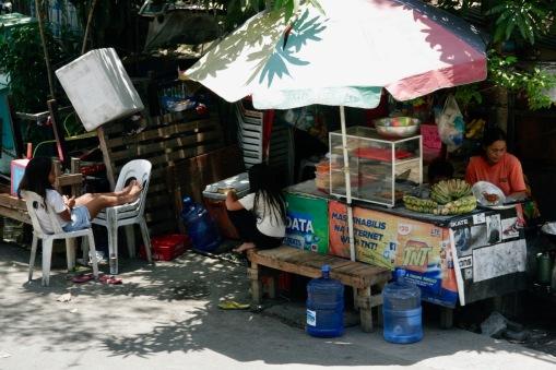 Familie verkauft Obst und Snacks in Cebu