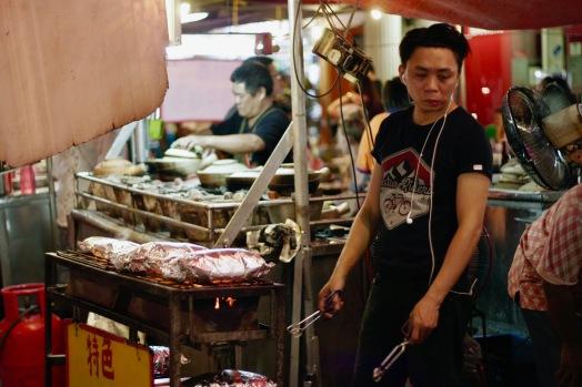 Koch in einer der Garküchen in Chinatown