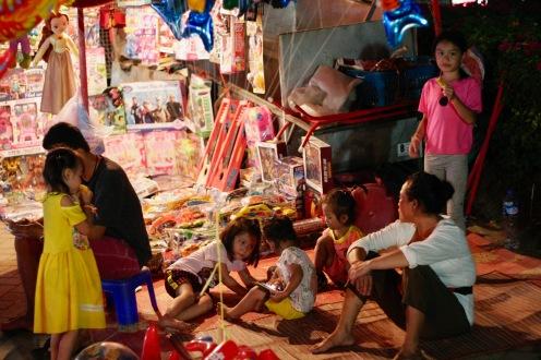 Laotische Familie beim Nachtmarkt