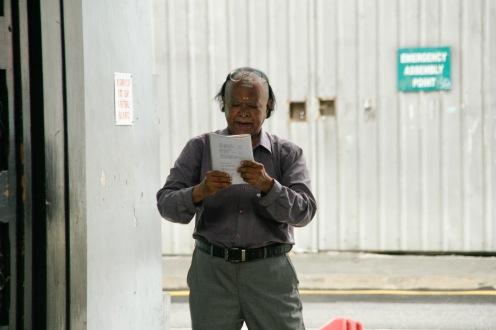 Mann singt Gebete vor dem Tempel