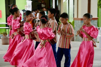 Musizierende philippinische Kinder auf Bohol