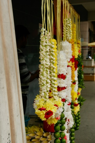 Opfergabenstände vor dem Tempel