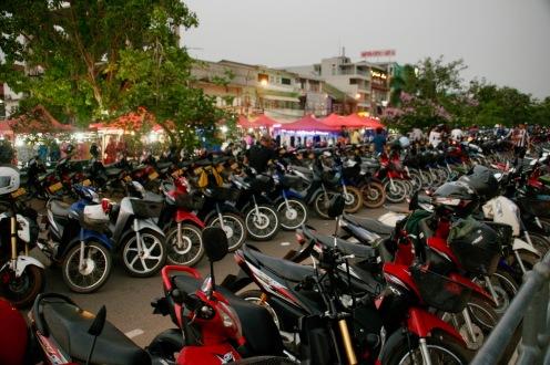 Rollerarmada vor dem Nachtmarkt in Vientiane