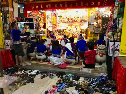 Schuhe ausziehen ist ein Muss vor jedem Tempel