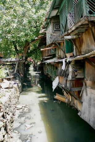 Stinkendes Abwasser direkt neben zusammenfallenden Hütten