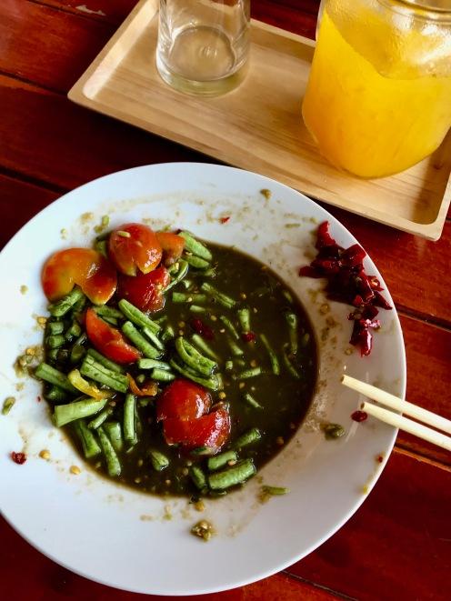 Unglaublich scharfer Bohnensalat in Fischsauce