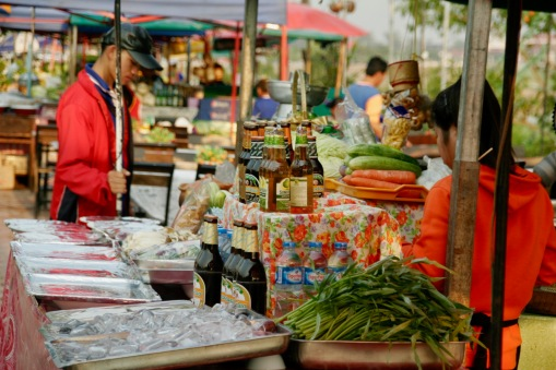 Verkaufsstände entlang des Mekong in Vientiane